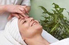 De salonreeks van de schoonheid. gezichts massage Stock Foto