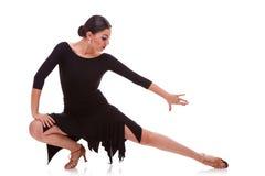De salsadanser van de vrouw in lunge stelt Stock Afbeeldingen