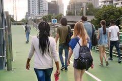 De Samenhorigheids Achtermening van de mensenvriendschap het Lopen Skateboard Yout Stock Fotografie