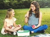 De Samenhorigheids in openlucht Concept van zustergirls talk picnic stock fotografie