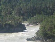 De samenloop van de rivieren van Katun en Chemal- Berg Altai royalty-vrije stock fotografie