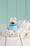 De samenstelling bestaat uit paaseieren en de lentebloemen Royalty-vrije Stock Foto's