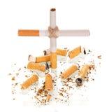De samenstelling in de vorm van kruis, en gerookte die sigaret op wit wordt geïsoleerd Stock Afbeeldingen