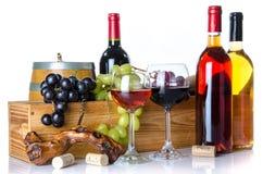 De samenstelling met glazen en flessen wijn, een vat, kurkt, a.c. Stock Afbeelding