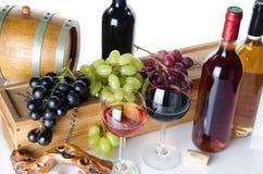 De samenstelling met glazen en flessen wijn, een vat, kurkt, a.c. Royalty-vrije Stock Foto's