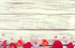 De samenstelling met kaarsen, de bloemen en de harten op witte plattelander streven na Royalty-vrije Stock Afbeeldingen