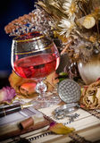 De samenstelling met wijnglazen en ikebana royalty-vrije stock foto's