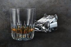 De samenstelling van alcohol drinkt whiskyglas en verpletterde die auto bij grunge gedronken en bedwelmd vertegenwoordigen het al royalty-vrije stock foto