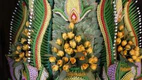 De samenstelling van banaanbladeren met bloemen Mooie traditionele Thaise die samenstelling van bloemen en kleurrijke banaan word stock video