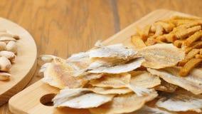 De samenstelling van bier, crackers, pistaches, droge vissen (Nr 3 6) stock footage