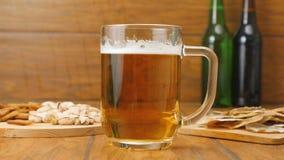 De samenstelling van bier, crackers, pistaches, droge vissen (Nr 3 7) stock videobeelden