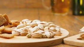 De samenstelling van bier, crackers, pistaches, droge vissen (Nr 3 4, LR Pan) stock footage