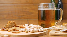 De samenstelling van bier, crackers, pistaches, droge vissen (Nr 3 2, RL-Pan) stock footage