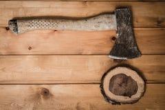 De samenstelling van bijl en gehakt het vat met ringen Stock Afbeeldingen