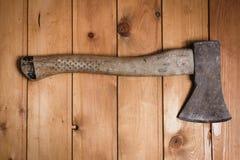 De samenstelling van bijl op houten lijst Stock Afbeelding
