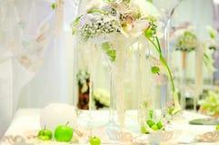 De samenstelling van bloemen op een lijst Stock Fotografie