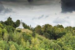 De samenstelling van de drie kruisen op Kale Berg in Vilnius stock afbeeldingen
