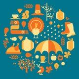 De samenstelling van de herfst De vaas met droog doorbladert, appel en kaarsen bij het ontslaan Stock Foto's