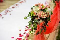 De samenstelling van de huwelijksbloem met bladeren op de lijst Stock Foto