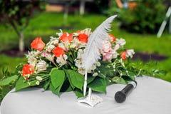 De samenstelling van de huwelijksbloem met bladeren op de lijst Stock Fotografie
