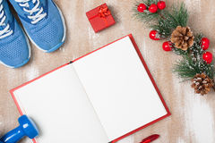 De samenstelling van de Kerstmissport met schoenen, domoren en nota Stock Fotografie
