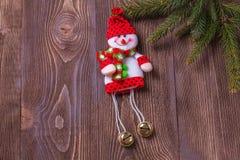 De samenstelling van de Kerstmisvakantie op bruine houten achtergrond met exemplaarruimte voor uw tekst Stock Afbeeldingen