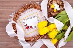 De samenstelling van de lentepasen op houten achtergrond Stock Foto's