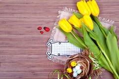 De samenstelling van de lentepasen op houten achtergrond Royalty-vrije Stock Foto