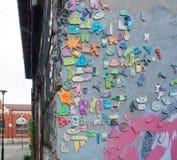 De samenstelling van de straatkunst met de vermakelijke cijfers van mobiele telefoons, mensen, en andere symbolen van het leven o Stock Foto's