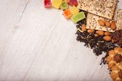 De samenstelling van de thee op een houten oppervlakte het verspreiden zich van thee, amandel en hazelnoot Groene, zwarte thee Ko Royalty-vrije Stock Fotografie