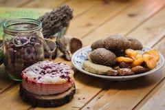 De samenstelling van eigengemaakte gebakjes, droge vruchten en bessen Royalty-vrije Stock Foto