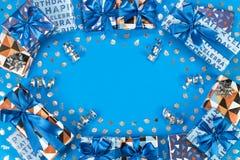 De samenstelling van giftdozen op blauwe achtergrond Vlak leg tekstruimte Royalty-vrije Stock Foto