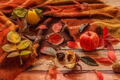 De samenstelling van de herfst De vaas met droog doorbladert, appel en kaarsen bij het ontslaan Dalingsbladeren, kweepeer, appel, royalty-vrije stock afbeeldingen