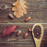 De samenstelling van de herfst De vaas met droog doorbladert, appel en kaarsen bij het ontslaan Kop thee, de herfstbladeren en he royalty-vrije stock fotografie
