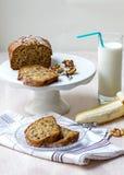 De samenstelling van het banaanbrood met okkernoten, banaanfruit en een glas melk royalty-vrije stock foto's