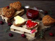 De Samenstelling van het de Dagontbijt van Valentine ` s van wholegrain muffins in de vorm van hart met boter, kaas en jam stock foto
