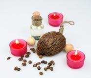 De samenstelling van het kuuroord bemerkte kaarsen, koffiebonen, aromatische houten ballen Stock Fotografie