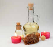 De samenstelling van het kuuroord bemerkte kaarsen, koffiebonen, aromatische houten ballen en olie in een glaskruik met een kurk Royalty-vrije Stock Foto