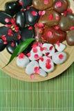 De samenstelling van het kuuroord van stenen en rode bloemblaadjes Royalty-vrije Stock Afbeelding