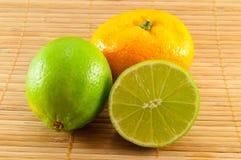 De samenstelling van kalk en mandarijn Stock Afbeeldingen