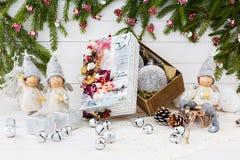 De samenstelling van Kerstmis Engelen en de verfraaide doos van de Kerstmisgift Royalty-vrije Stock Foto's