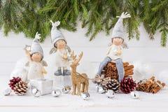 De samenstelling van Kerstmis Engelen, Kerstboom, herten op witte houten achtergrond Royalty-vrije Stock Foto's