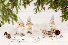 De samenstelling van Kerstmis Engelen, Kerstboom, witte houten achtergrond Stock Afbeeldingen