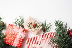 De samenstelling van Kerstmis Gift, Kerstmisdecoratie, ciprestakken, denneappels op witte achtergrond stock afbeeldingen