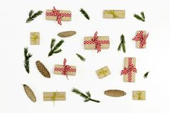De samenstelling van Kerstmis Gift, spartakken, denneappels op witte achtergrond Vlak leg, hoogste mening stock foto's