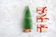 De samenstelling van Kerstmis De giften van de Kerstmisdecoratie, schitteren, Kerstmisballen, suikergoed, sneeuwvlokken op grijze royalty-vrije stock afbeeldingen
