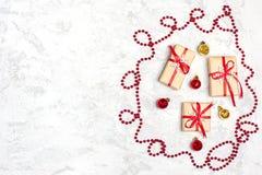 De samenstelling van Kerstmis De giften van de Kerstmisdecoratie, schitteren, Kerstmisballen, suikergoed, sneeuwvlokken op grijze royalty-vrije stock afbeelding