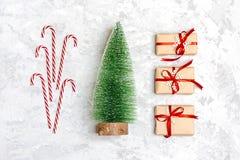 De samenstelling van Kerstmis De giften van de Kerstmisdecoratie, schitteren, Kerstmisballen, suikergoed, sneeuwvlokken op grijze stock foto's