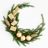 De samenstelling van Kerstmis Kerstmiskroon van spartakken wordt gemaakt, ballen, denneappels op wit dat Vlak leg, hoogste mening stock afbeeldingen