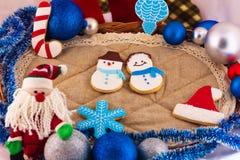 De samenstelling van Kerstmis met de Kerstman en koekjes Royalty-vrije Stock Foto's